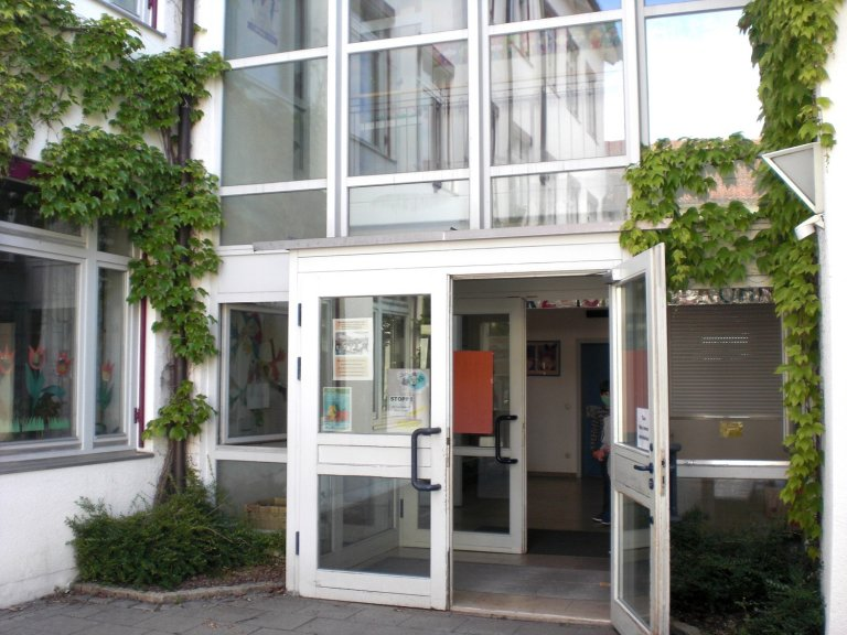 Grossansicht in neuem Fenster: Schuleingang GS Attenkirchen